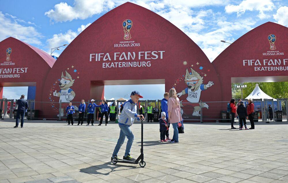 Chlapec jezdí na koloběžce při prezentaci místa provedení festivalu FIFA v Centrálním Parku kultury a rekreace. V.V. Mayakovského v Jekatěrinburgu