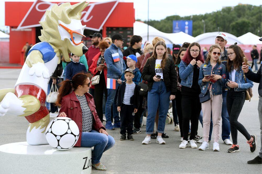 Návštěvníci se fotografují s oficiálním maskotem FIFA MS ve fotbale 2018 vlkem Zabivakou na festivalu fanoušků v Kazaňi
