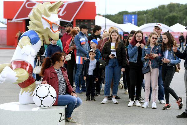 Návštěvníci se fotografují s oficiálním maskotem FIFA MS ve fotbale 2018 vlkem Zabivakou na festivalu fanoušků v Kazaňi - Sputnik Česká republika