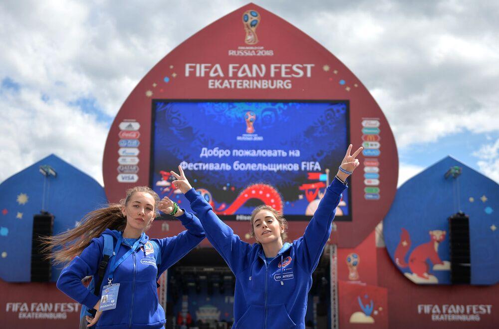 Dobrovolníci při prezentaci místa provedení festivalu FIFA v Centrálním Parku kultury a rekreace. V.V. Mayakovského v Jekatěrinburgu