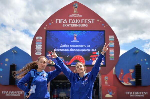 Dobrovolníci při prezentaci místa provedení festivalu FIFA v Centrálním Parku kultury a rekreace. V.V. Mayakovského v Jekatěrinburgu - Sputnik Česká republika