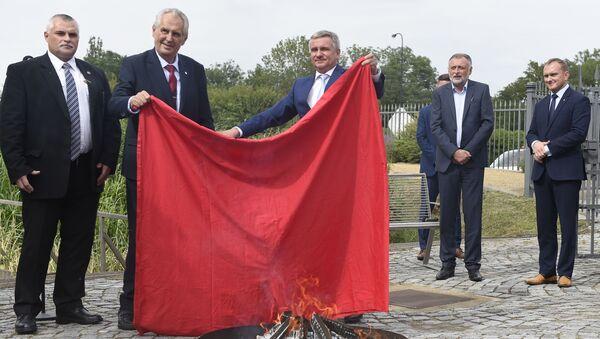 Miloš Zeman spaluje červené trenýrky - Sputnik Česká republika