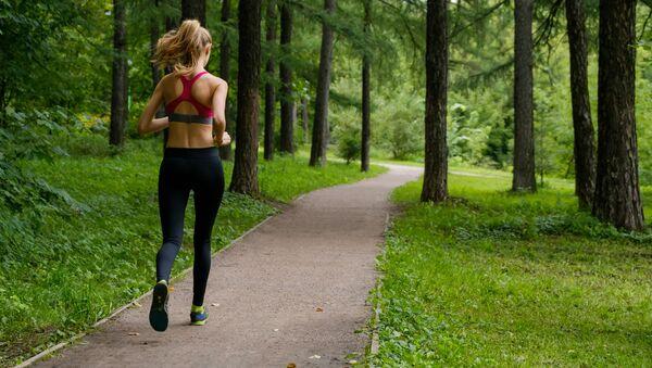 Dívka běží lesem - Sputnik Česká republika