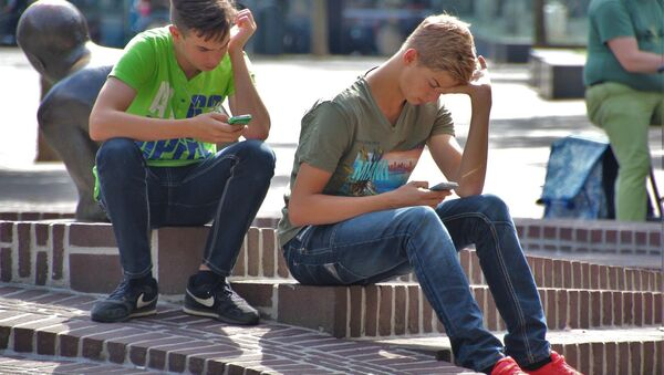 dospívající s telefony - Sputnik Česká republika