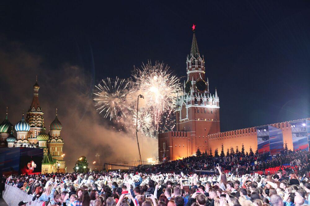 Nejlepší fotografie týdne: Otevření MS, mýval-alpinista a ohňostroj v den Ruska