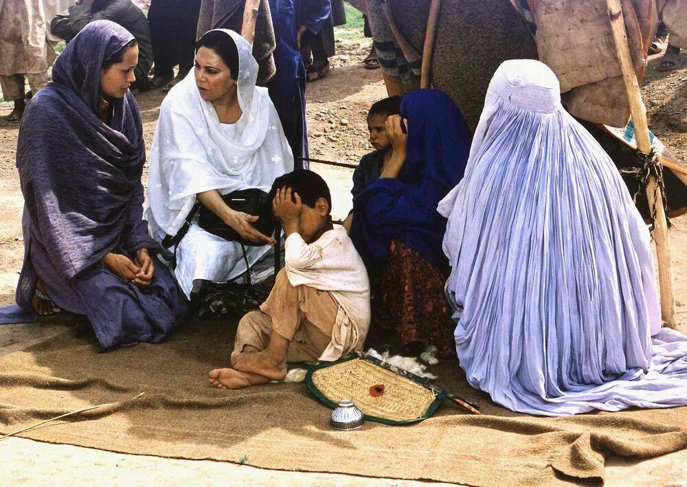 Herečka Angelina Jolie během návštěvy uprchlického táboru v Pákistánu, 27 srpna 2001
