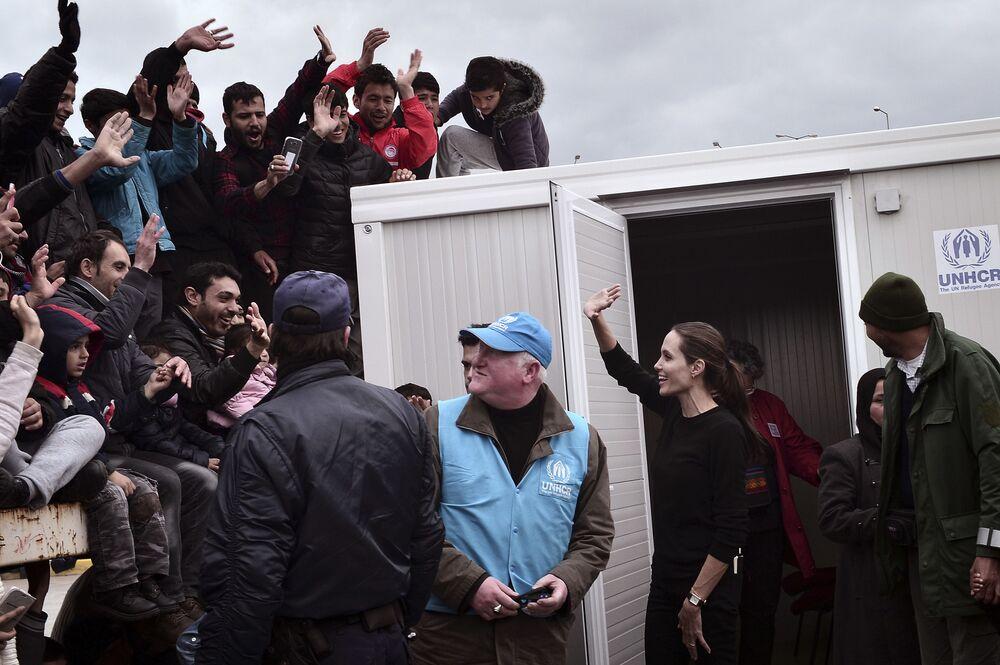 Herečka Angelina Jolie vítá uprchlíky v řeckém přístavu Piraeus, 16 březen 2016