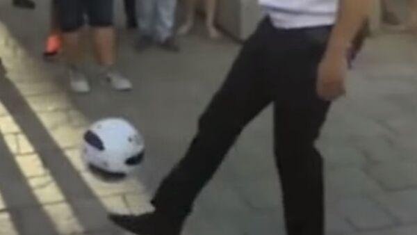 Messi někde nervózně kouří: Ruský policista ohromil cizince svým ovládáním míče - Sputnik Česká republika