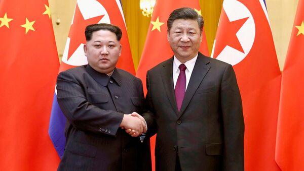 Vůdce KLDR Kim Čong-un a čínský prezident Si Ťin-pching. Ilustrační foto - Sputnik Česká republika