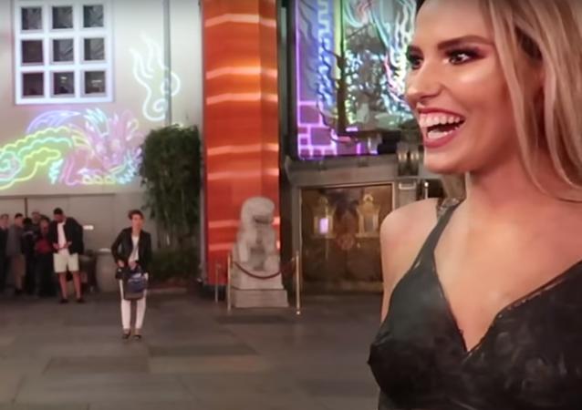Kolemjdoucí si nevšimli nahé ženy v Hollywoodu