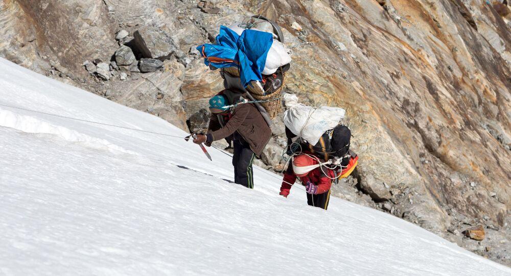 Nosiči vynášejí náklad na vrchol hory. Ilustrační foto
