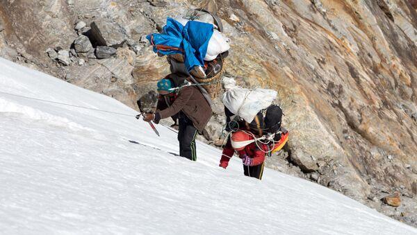 Nosiči vynášejí náklad na vrchol hory. Ilustrační foto - Sputnik Česká republika