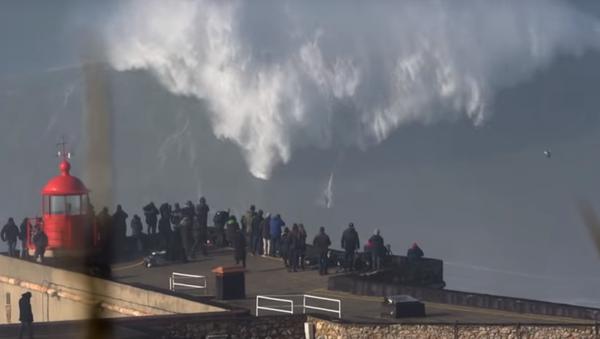 VIDEO: Surfař pokořil monstrózní vlnu - Sputnik Česká republika