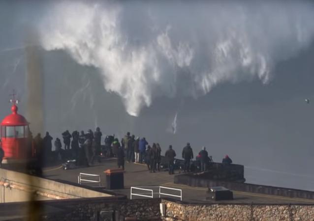 VIDEO: Surfař pokořil monstrózní vlnu