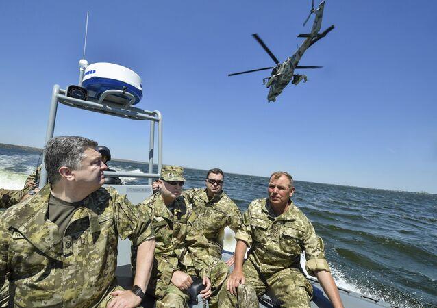 Ukrainský prezident Petro Porošenko během cvičení NATO