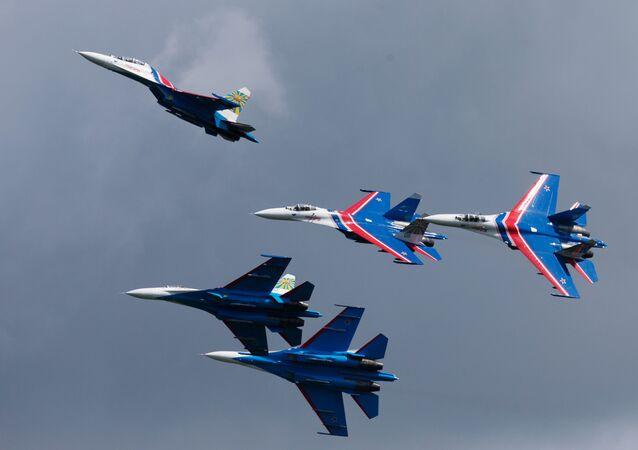 Pilotážní skupina Russkije vitjazi během předváděcího letu v Petrohradu.