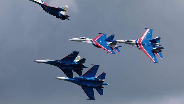 Pilotážní skupina Russkije vitjazi během předváděcího letu v Petrohradu.  - Sputnik Česká republika