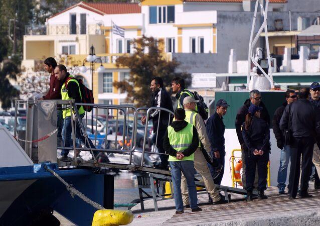 představitelé Frontex u lodi s migranty