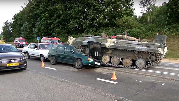 BVP-1 rozmačkal na dálnici Volkswagen Polo (VIDEO) - Sputnik Česká republika