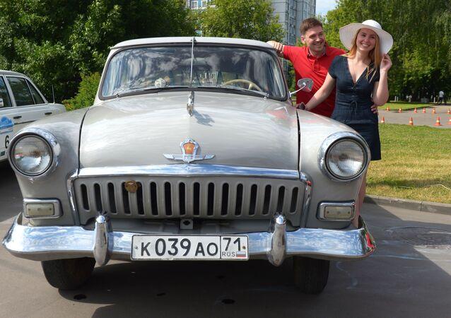 GAZ-21 Volga před zahájením rally starých vozů Bosch Moskau Klassik v Moskvě