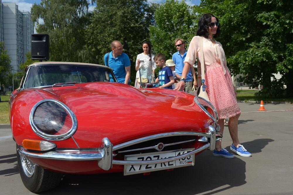 Jaguar E před zahájením rally Bosch Moskau Klassik v Moskvě.