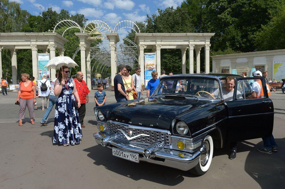 GAZ-13 Chaika před zahájením rally starých vozů Bosch Moskau Klassik v Moskvě.