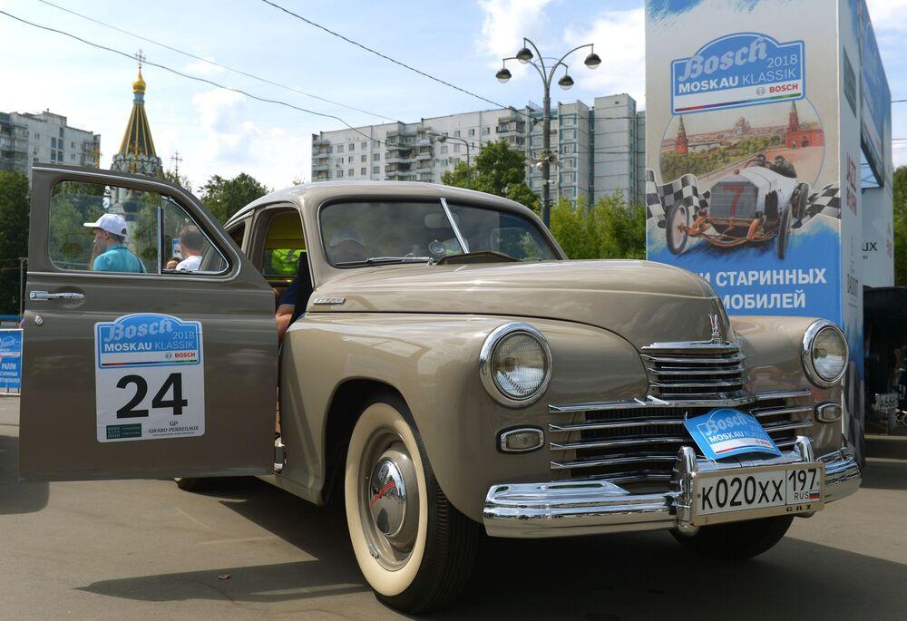 GAZ M-20 Poběda před začátkem rally starých vozů Bosch Moskau Klassik v Moskvě.