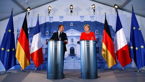 Francouzský prezident Emmanuel Macron a německá kancléřka Angela Merkelová - Sputnik Česká republika