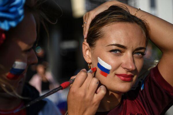 Fanynka ruského národního týmu před zápasem ve skupině mezi národními týmy Ruska a Egyptem v Petrohradu - Sputnik Česká republika