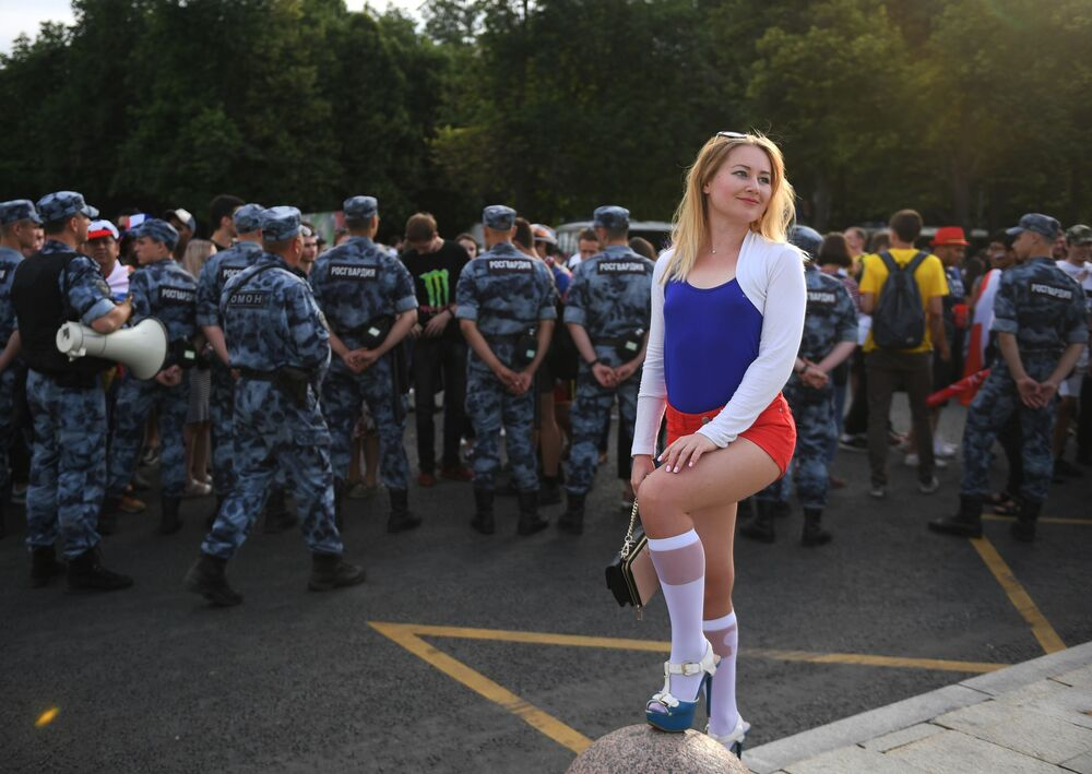 Fanynka v fanzoně v Moskvě po vysílání zápasu skupinové fáze MS 2018 FIFA mezi národními týmy Uruguaye a Ruska