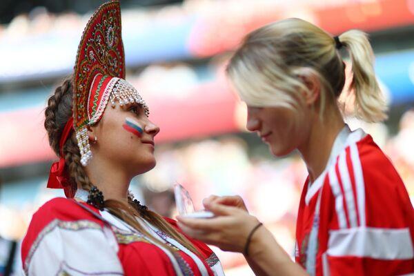Fanynky ruského národního týmu před zápasem MS mezi týmy Uruguaye a Ruska. - Sputnik Česká republika