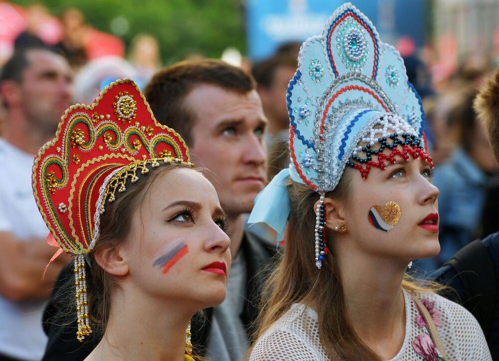 Fanynky ve fanzoně v Petrohradu po vysílání zápasu skupinové fáze MS 2018 FIFA mezi národními týmy Uruguaye a Ruska