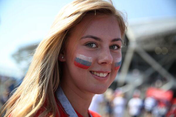 Fanynka ruského národního týmu před zápasem MS mezi týmy Uruguaye a Ruska. - Sputnik Česká republika