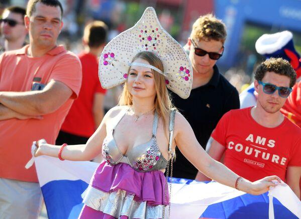Fanynka ruského národního týmu v Kazani před zápasem MS mezi týmy Uruguaye a Ruska. - Sputnik Česká republika