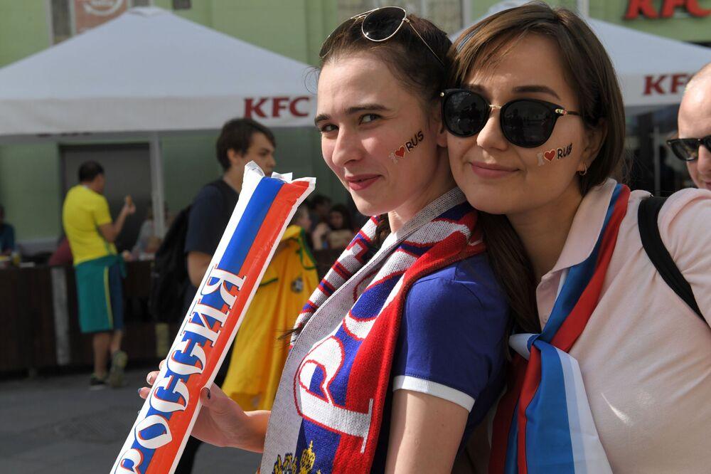 Fanynky ruského národního týmu v Moskvě před zápasem MS mezi týmy Uruguaye a Ruska