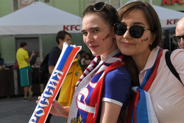 Fanynky ruského národního týmu v Moskvě před zápasem MS mezi týmy Uruguaye a Ruska - Sputnik Česká republika