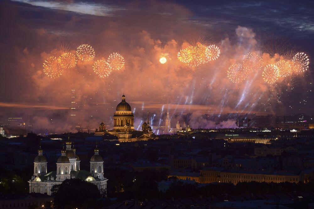 Závěry týdne. Fotbalová euforie, protestní akce, hudební festival