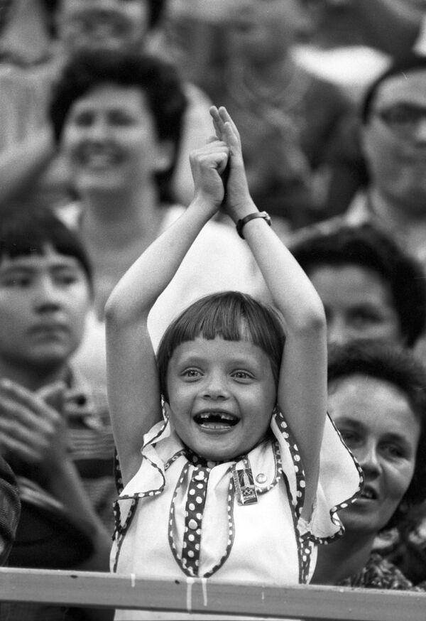 Mladá fanynka zápasu v basketbalu mezi týmy mužů SSSR a Jugoslávie na XXII letních olympijských hrách, 1980 - Sputnik Česká republika