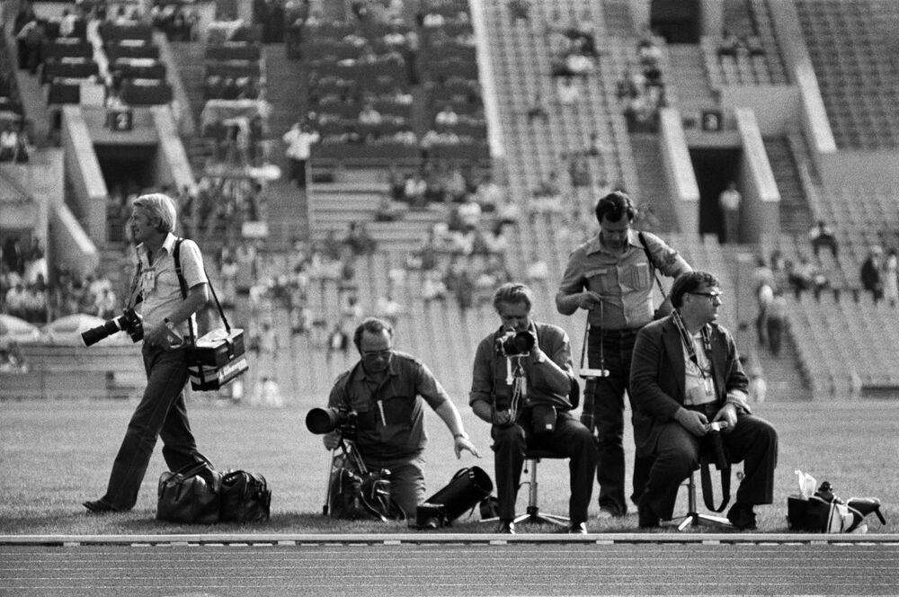 Fotoreportéři se připravují na natáčení XXII. Olympijských her na moskevském stadionu v roce 1980