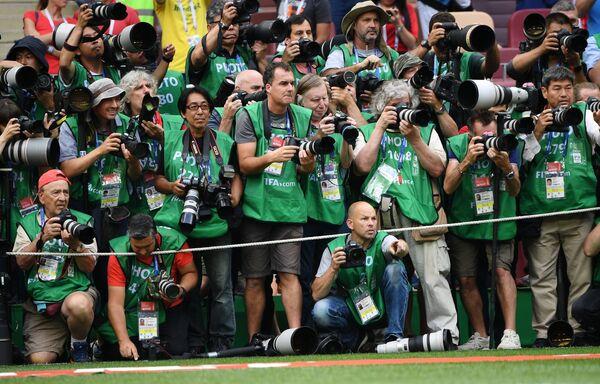 Fotografové na poli před zápasem skupinové fáze Světového poháru FIFA mezi národními týmy Portugalska a Maroka, 2018 - Sputnik Česká republika