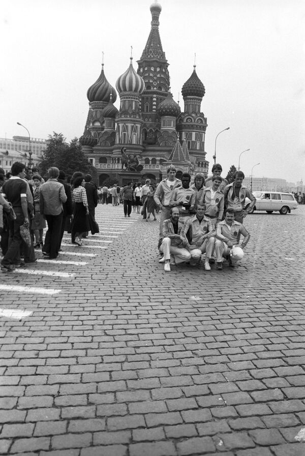 XXII olympijské hry. Zahraniční turisté - hosté Moskevské olympiády - na Rudém náměstí, 1980 - Sputnik Česká republika