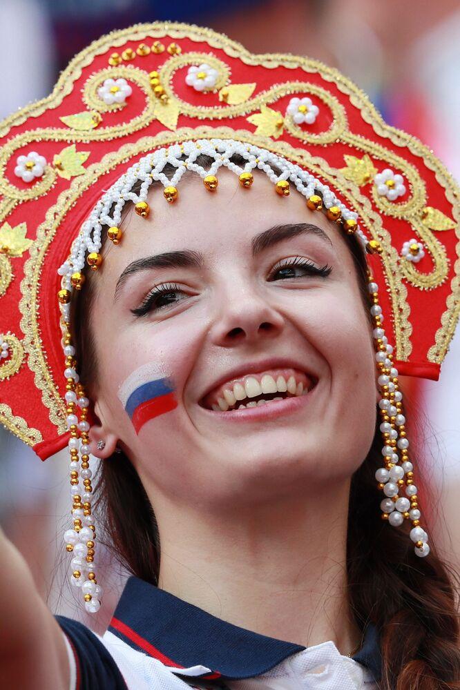 Fanynka ruského národního týmu před zápasem finále 1/8 mistrovství světa mezi národními družstvy Španělska a Ruska, 2018