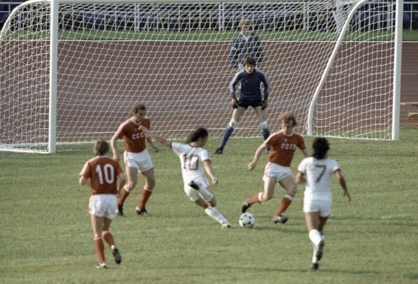 Fotbalisté národních družstev SSSR a Venezuela během zápasu na 22. olympijských hrách v Moskvě v roce 1980 - Sputnik Česká republika