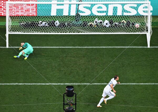 Artem Dzuba zaznamenává gól v utkání 1/8 finále mistrovství světa mezi národními družstvy Španělska a Ruska - Sputnik Česká republika