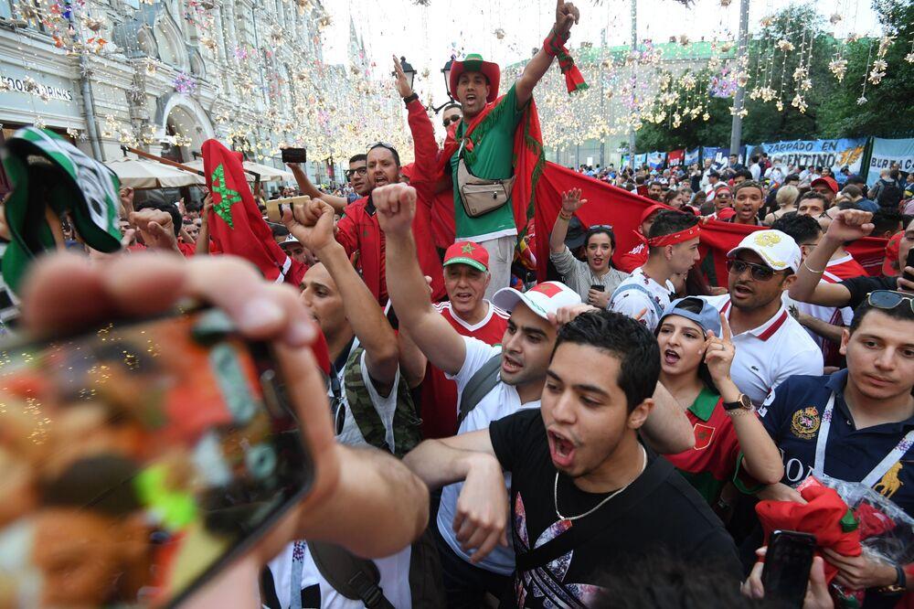 Fanoušci marockého národního týmu na ulici Nikolská v Moskvě