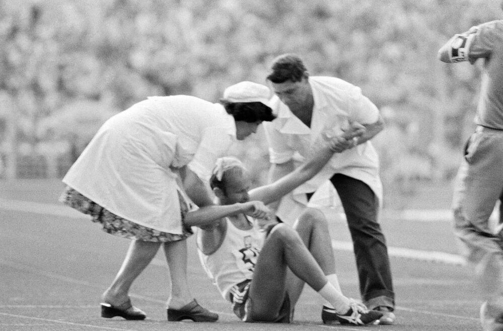 Lékaři pomáhají sportovci, kteří byli během soutěže zraněni. XXII Letní olympijské hry v Moskvě, 1980