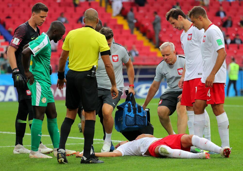 Jan Bednarek (Polsko) se zranil ve skupině fotbalový zápas mezi Polskem a Senegalem, 2018