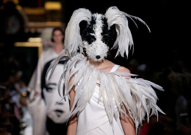 Futurismus a psí hlava: v Paříži probíhá Týden módy