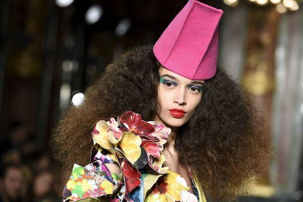 Futurismus a psí hlava: v Paříži probíhá Týden módy - Sputnik Česká republika