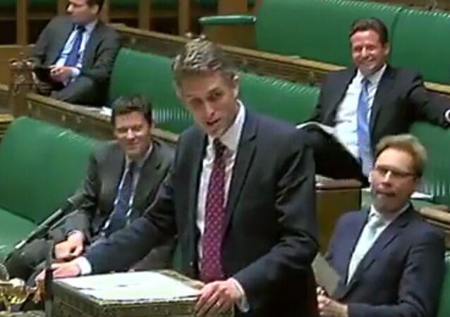 Siri skočila do řeči britskému ministru obrany během proslovu o Sýrii (VIDEO)